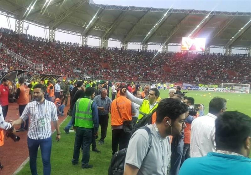 حاشیه دیدار داماش - پرسپولیس، خروج بازیکنان 2 تیم از زمین در میان عصبانیت تماشاگران