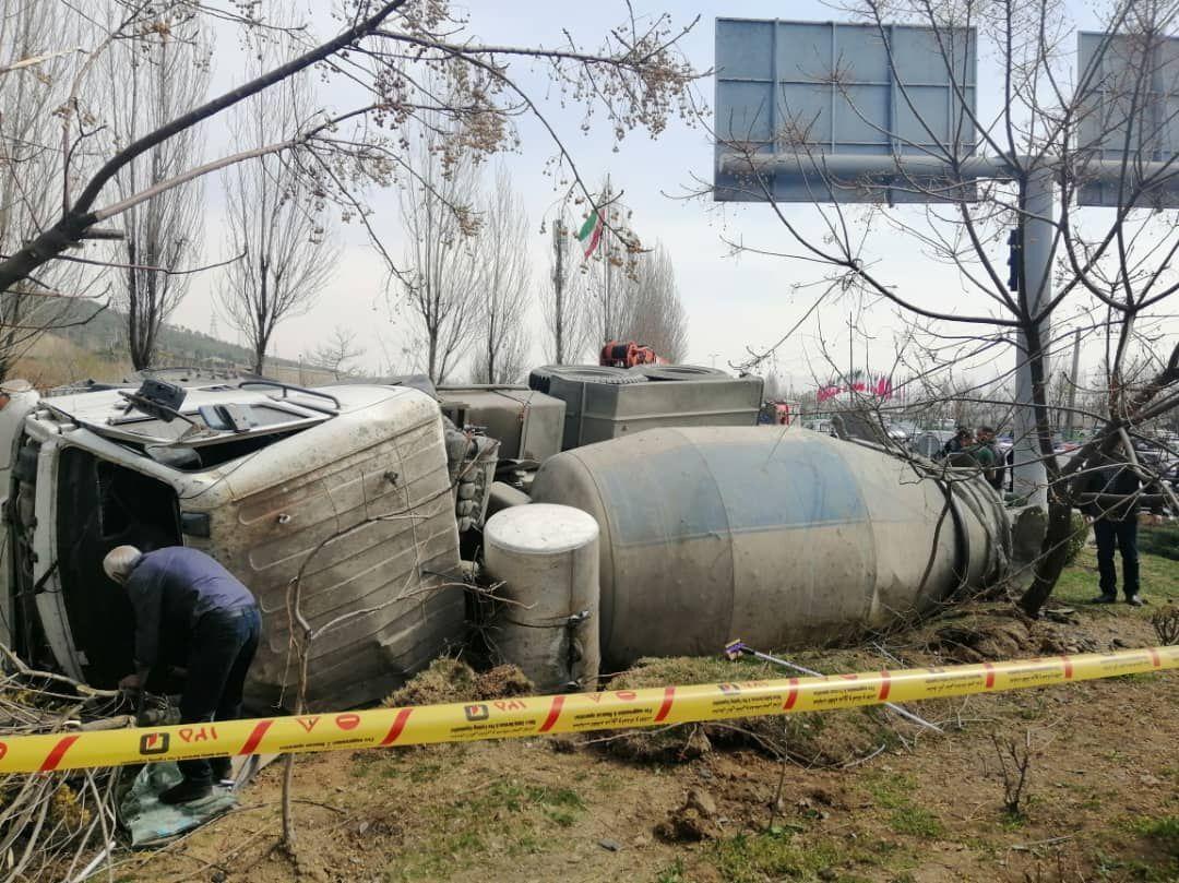 خبرنگاران یک کامیون حمل بتن در بزرگراه شرق تهران واژگون شد