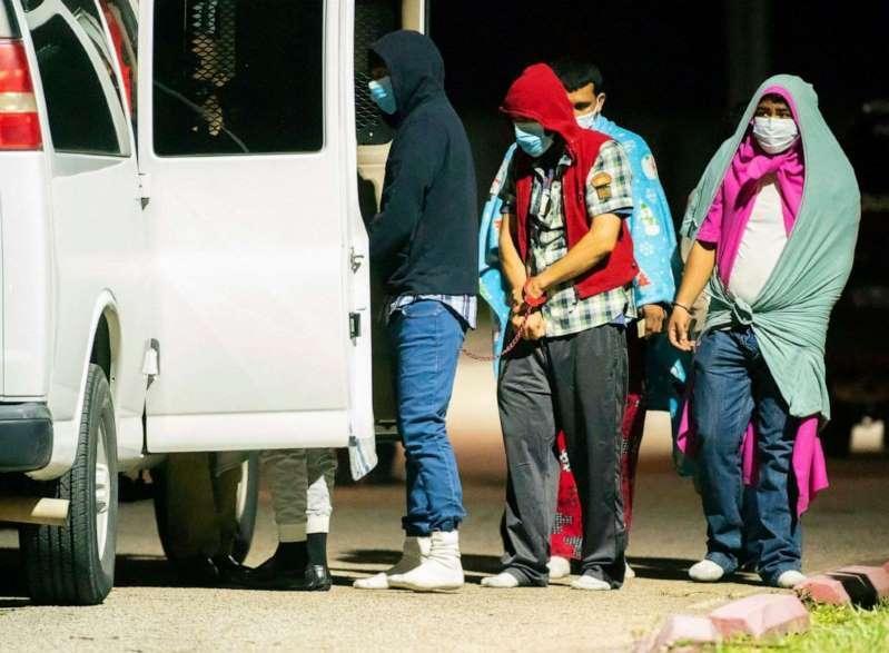 نجات 26 زن و مرد از دست قاچاقچیان انسان