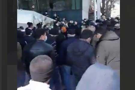 تجمع در اعتراض به سقوط بورس