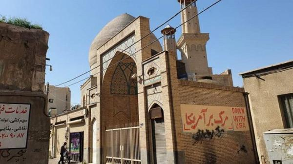 شعارنویسی روی دیوار مسجد و مدرسه معیرالممالک!